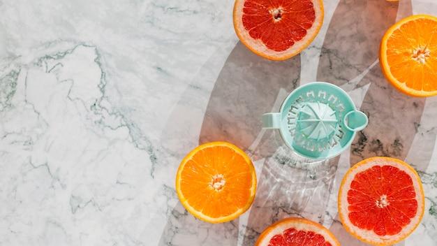 Geschnittene zitrusfrüchte mit saftpresse Kostenlose Fotos