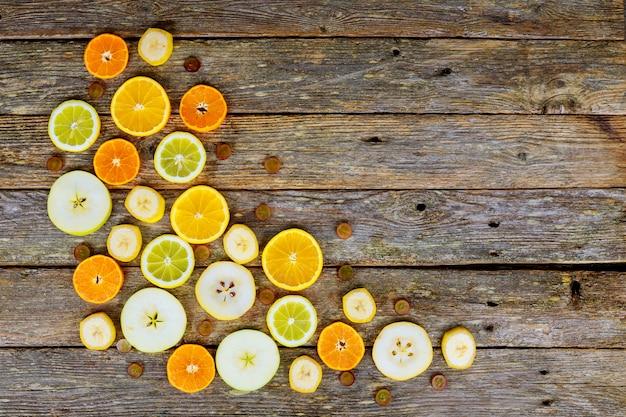 Geschnittene zitrusfrüchte, orangen, kalke, saftiger fruchthintergrund Premium Fotos