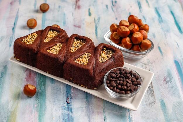 Geschnittener brownie-kuchen mit haselnüssen. Kostenlose Fotos