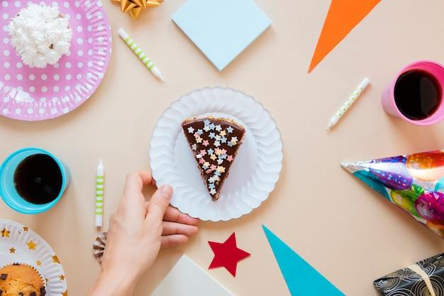 Geschnittener kuchen der flachen lage auf weißer platte Kostenlose Fotos