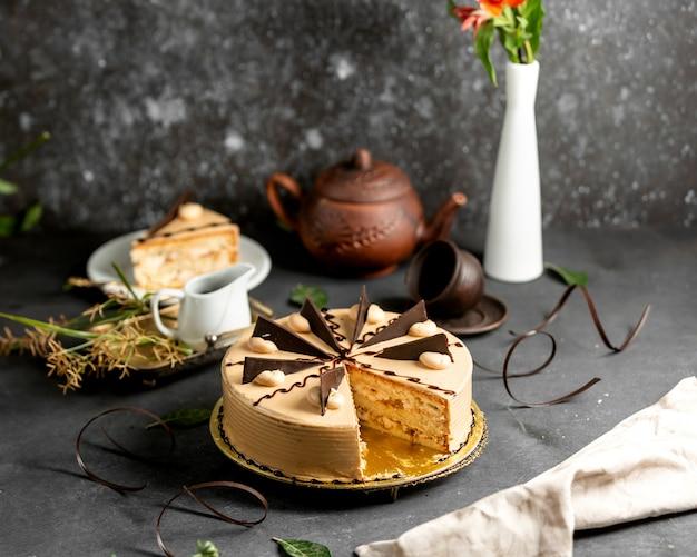 Geschnittener runder kuchen mit kaffeecreme und schokoladenstücken Kostenlose Fotos