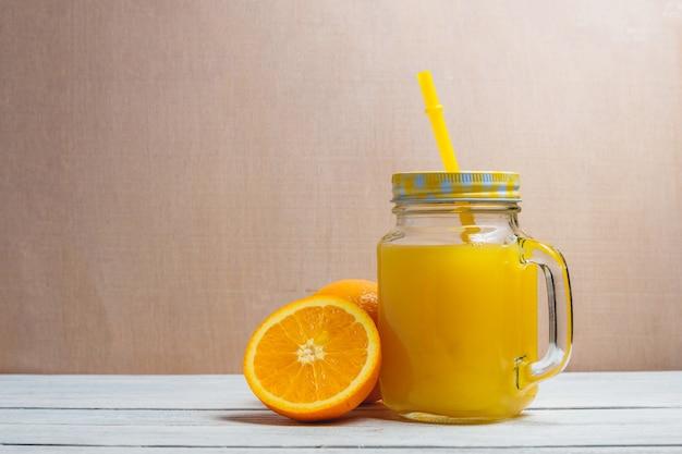 Geschnittenes orangen-und saft-getränk. gesundes konzept mit exemplar. Premium Fotos
