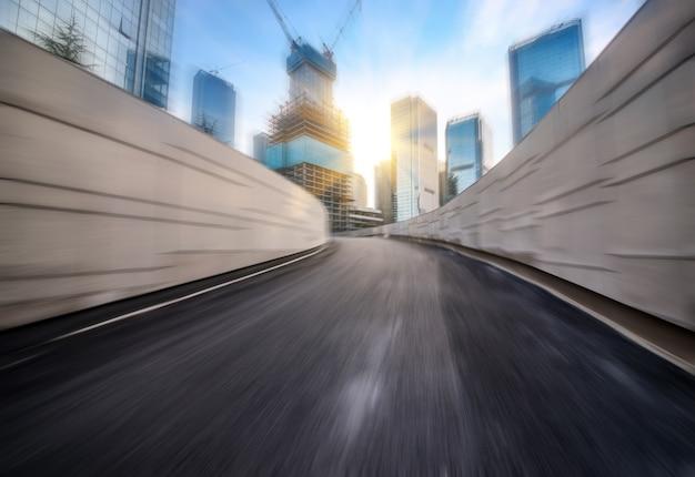 Geschwindigkeit bewegung in städtischen autobahn straßentunnel Kostenlose Fotos
