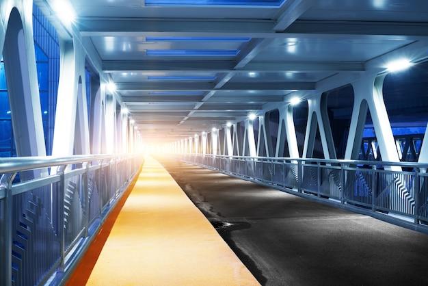 Geschwindigkeitsbewegung im städtischen landstraßenstraßentunnel. Premium Fotos