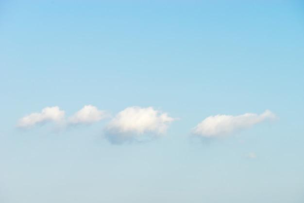 Geschwollene weiße wolken gegen hintergrund des blauen himmels Premium Fotos