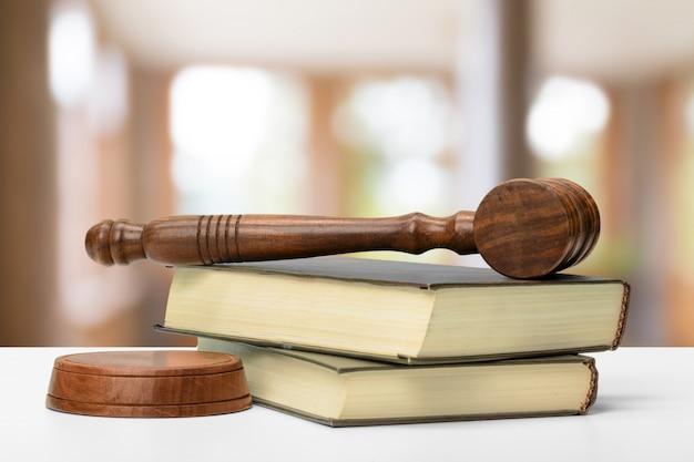Gesetz und gerechtigkeit bild. brown hölzernen hintergrund Premium Fotos