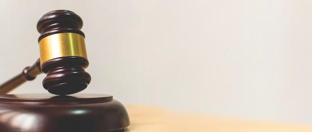 Gesetz und gerechtigkeit, legalitätskonzept, richter gavel auf einer hölzernen tabelle Premium Fotos