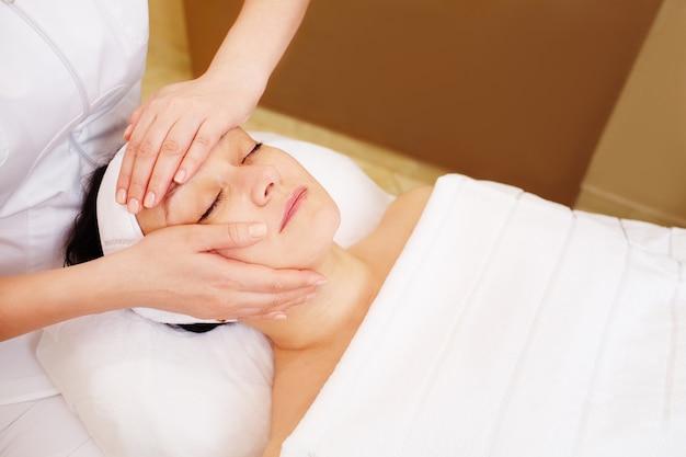 Gesichtsbehandlung mit professioneller massage der kosmetikerin Premium Fotos