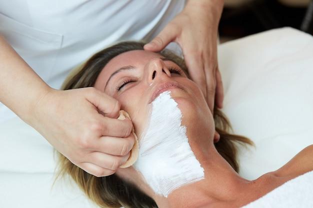 Gesichtsbehandlungen im wellnessclub Premium Fotos
