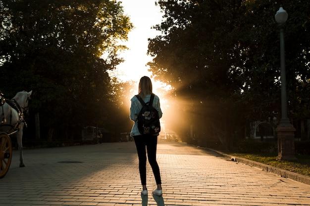 Gesichtslose frau im park auf sonnenuntergang Kostenlose Fotos