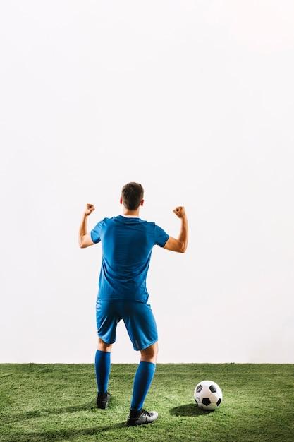 Gesichtsloser fußballspieler, der über sieg sich freut Kostenlose Fotos