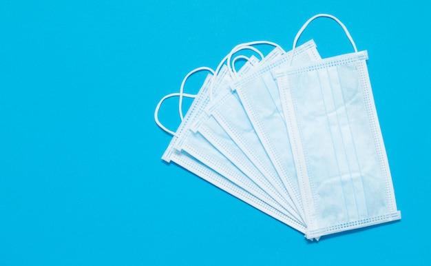 Gesichtsmasken. covid19. epidemischer hintergrund. mangel an gesichtsmasken in der drogerie. medizinische schutzmasken. gefährliches virus. Premium Fotos