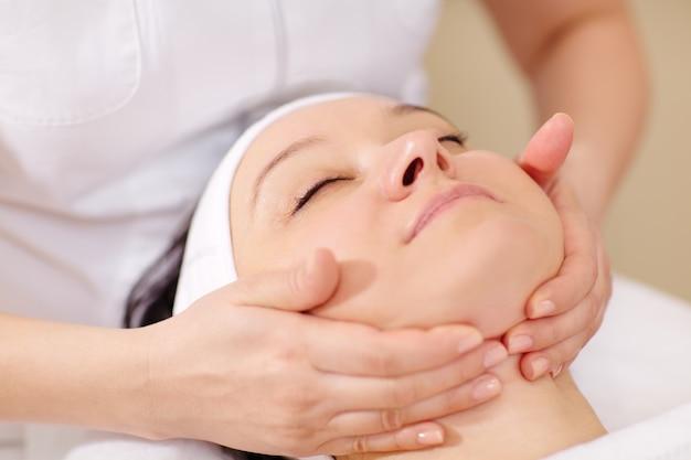 Gesichtsmassage im beauty-treatment-salon Premium Fotos