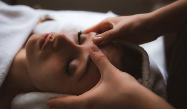 Gesichtsmassage im spa. Premium Fotos