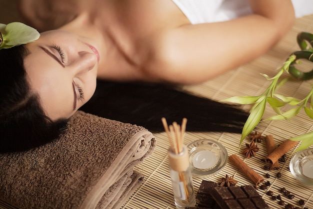 Gesichtsmassage. nahaufnahme einer jungen frau, die badekur erhält. Premium Fotos