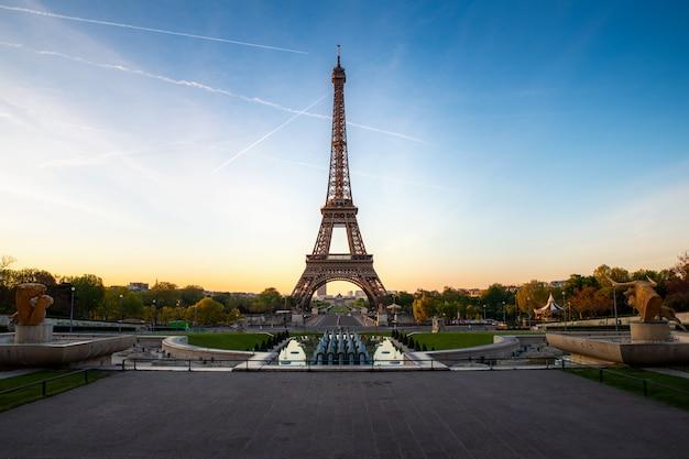 Gestalten sie panoramablick auf dem eiffelturm und dem park während des sonnigen tages in paris, frankreich landschaftlich. reisen und urlaub. Premium Fotos