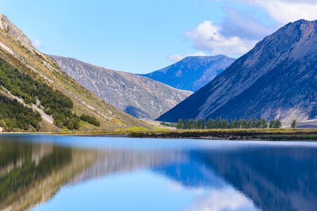 Gestalten sie see und gebirgssüdinsel von neuseeland an einem sonnigen tag landschaftlich. Kostenlose Fotos