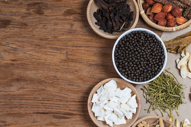 Gestapelte chinesische kräutermedizinpillen Premium Fotos
