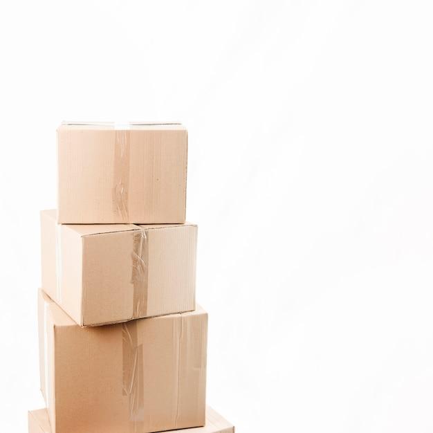 Gestapelte pakete über weißem hintergrund Premium Fotos