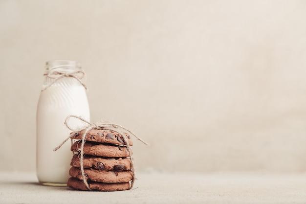 Gestapelte schokoladensplitterplätzchen auf grauer tabelle Premium Fotos