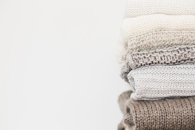 Gestapelte sweatshirts getrennt auf weißem hintergrund Kostenlose Fotos