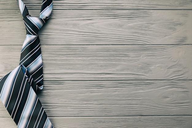 Gestreifte krawatte auf grauem schreibtisch Kostenlose Fotos