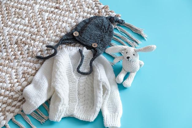 Gestrickte babykleidung und accessoires auf blau Kostenlose Fotos