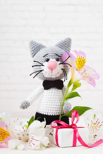 Gestrickte katzen, paar, spielzeug. handgefertigt, amigurumi. weißer hintergrund, postkarte. diy Premium Fotos
