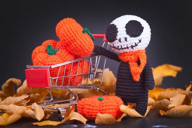 Gestrickte monsterzombies und kleine kürbisse, handgemacht, hobby. amigurumi. halloween-party-dekor Premium Fotos