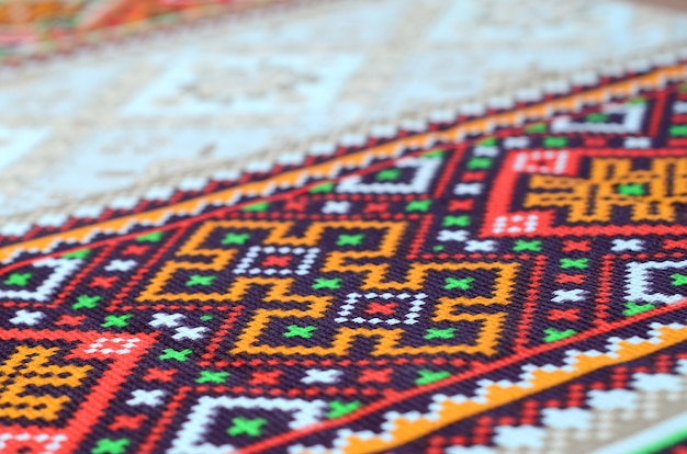 Gestrickte stickerei der traditionellen ukrainischen volkskunst auf textilgewebe Premium Fotos
