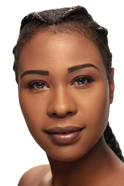 Gesund. porträt der schönen afroamerikanerfrau lokalisiert auf weißem studio Kostenlose Fotos