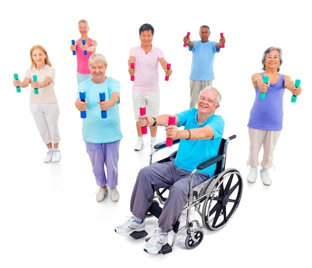 Gesunde ältere leute in der turnhalle Kostenlose Fotos