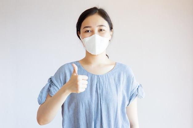 Gesunde asiatische frau mit maske Premium Fotos