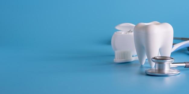 Gesunde ausrüstung des zahnmedizinischen konzeptes bearbeitet zahnpflegen berufsfahne Premium Fotos