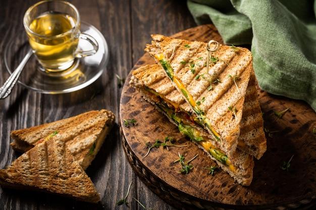Gesunde avocado toasts zum mittagessen Premium Fotos