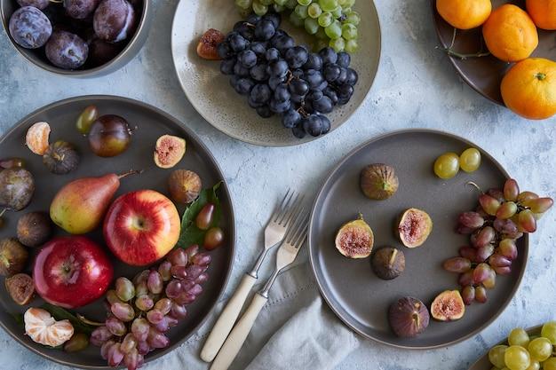 Gesunde bio-früchte in platten Premium Fotos