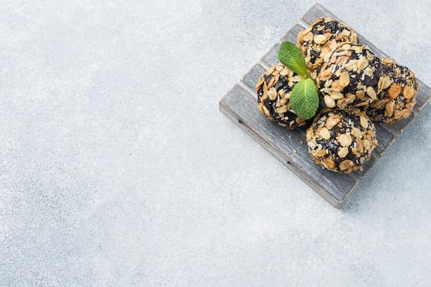 Gesunde energiekugeln aus trockenfrüchten und nüssen mit haferflocken und müsli Premium Fotos