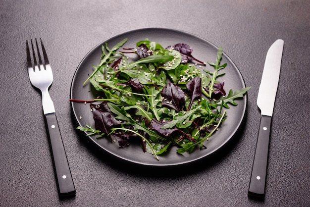 Gesunde ernährung, salatmischung mit rucola, spinat, bullenblut, rübenblättern und mikrogrün. Premium Fotos
