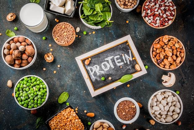 Gesunde ernährung veganes essen, vegetarische proteinquellen: tofu, vegane milch, bohnen, linsen, nüsse, sojamilch, spinat und samen Premium Fotos