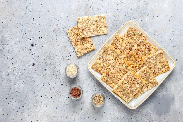Gesunde frisch gebackene glutenfreie cracker mit samen. Kostenlose Fotos
