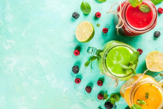 Gesunde frisches obst und gemüse smoothies mit zutaten Premium Fotos