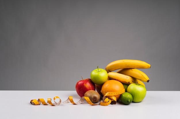 Gesunde fruchtzusammenstellung mit kopienraum Kostenlose Fotos