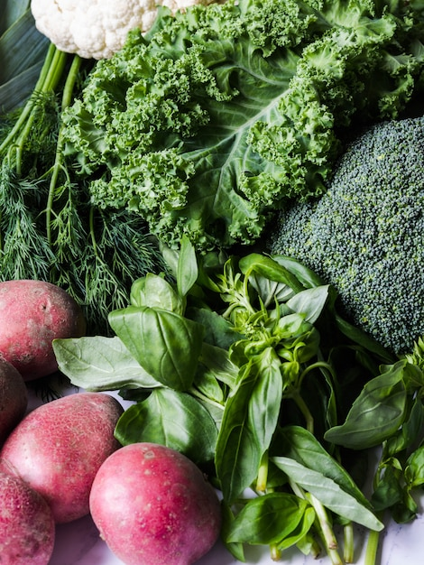 Gesunde grüne vegane zutaten zum kochen. verschiedener sauberer grüner gemüse- und krauthintergrund. produkte vom markt ohne kunststoff Premium Fotos