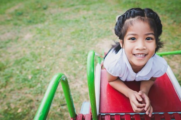 Gesunde kleine kinder spielen im hinterhof Premium Fotos