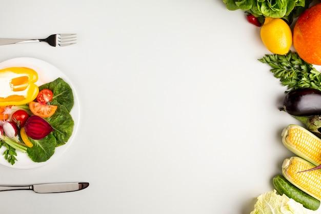 Gesunde mahlzeit auf platte mit exemplarplatz Kostenlose Fotos