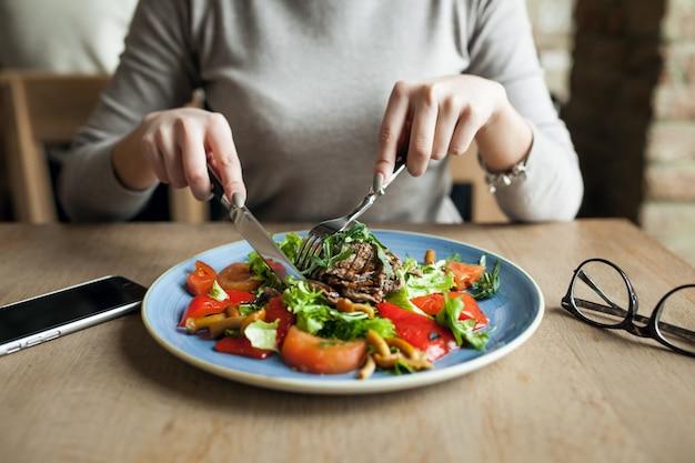 Gesunde menschen salat essen frau Kostenlose Fotos