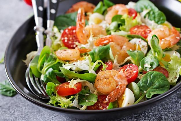 Gesunde salatteller. rezept für frische meeresfrüchte. gegrillte garnelen und frischer gemüsesalat und ei. gegrillten garnelen. gesundes essen. Premium Fotos
