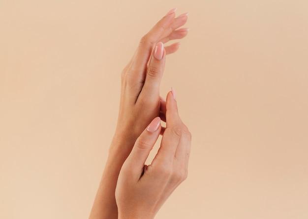 Gesunde schöne manikürefrauenhände Kostenlose Fotos