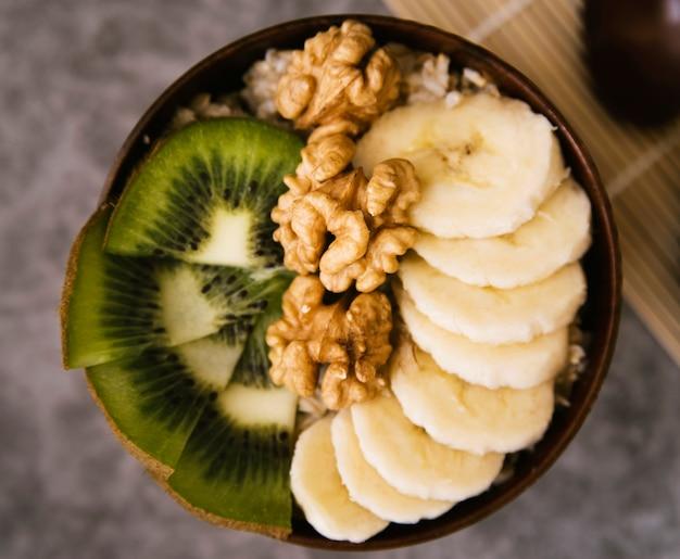 Gesunde schüssel der draufsicht mit frucht und nüssen Kostenlose Fotos