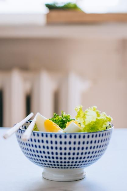 Gesunde schüssel, gurkensalat mit eiern Premium Fotos